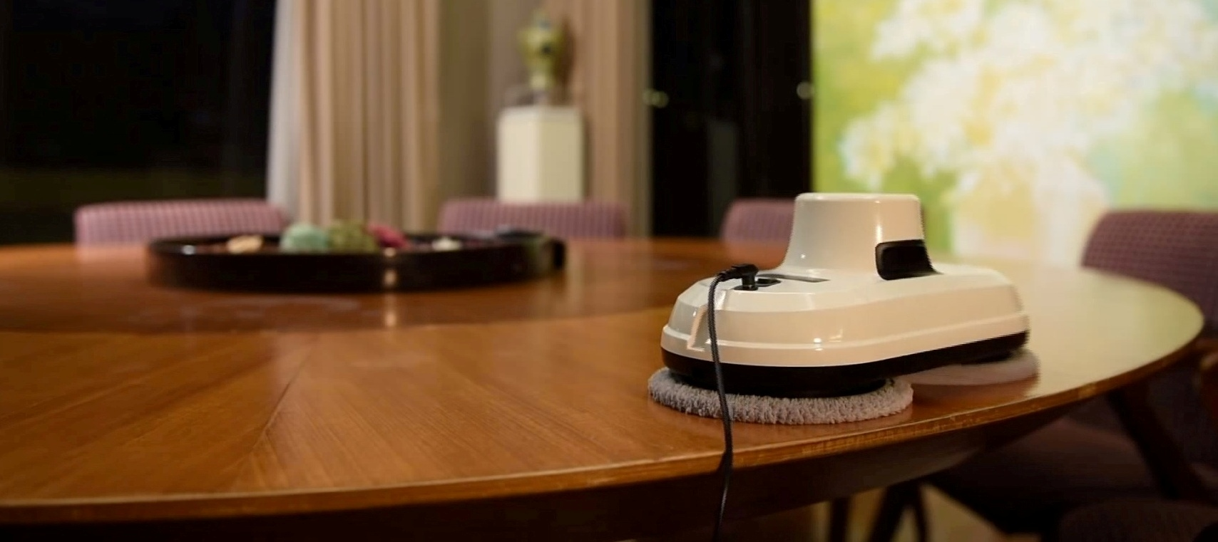 Робот для мойки окон Hobot 188 на столе