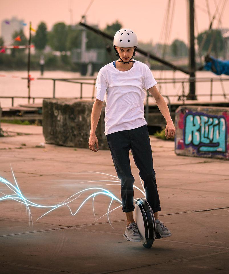 Моноцикл Ninebot by Segway One S2 с водителем анфас