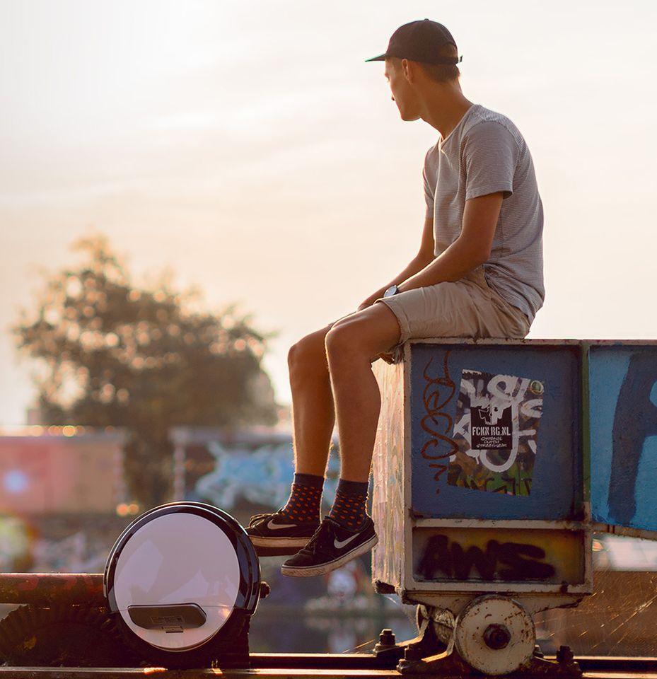 Моноцикл Ninebot by Segway One S2 на фоне квартала